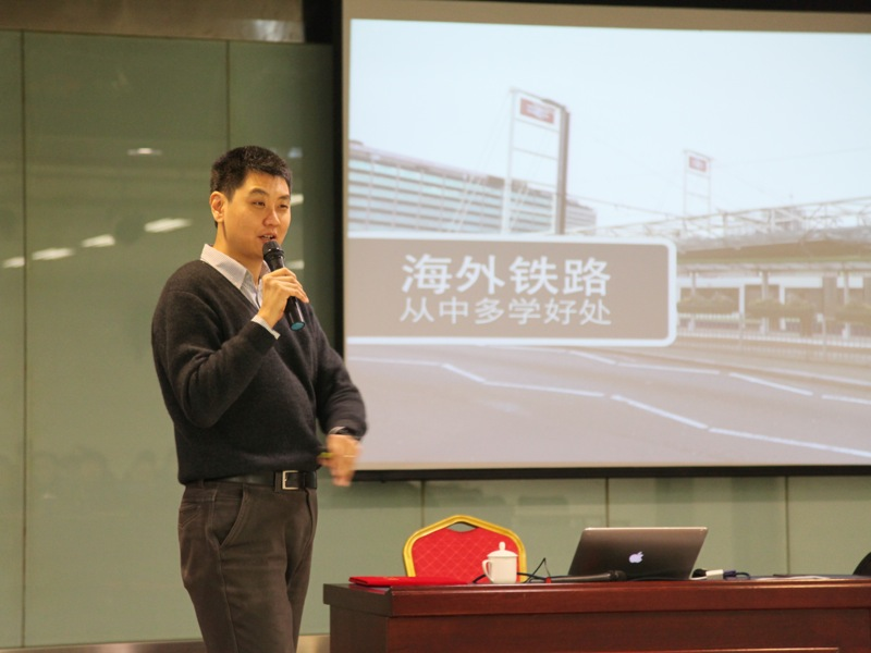 Speaking at Ji'nanxi Railway Station